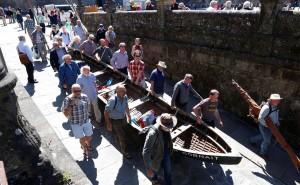 irlandeses con su barca en compostela en junio de 2016
